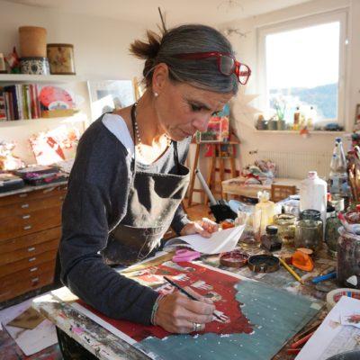 Illustratorin im Grätz Verlag Silke Leffler im Studio